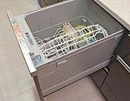 ラックな姿勢で食器を出し入れできるレバーや取っ手の出っ張りのない引き出すだけのフラット設計。高温でパワフルにしっかり洗浄します。