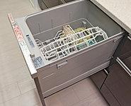ラクな姿勢で食器を出し入れできるレバーや取っ手の出っ張りのない引き出すだけのフラット設計。高温でパワフルにしっかり洗浄します。