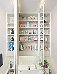 洗面化粧台の三面鏡裏には、小物の収納に便利な棚を全面に設けました。