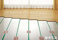 リビング・ダイニングをには足元からムラなく部屋全体を暖める床暖房を設置。ホコリが舞い上がらず空気を汚さないクリーンな暖房設備です。
