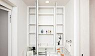 かさばりがちな洗面用具や化粧品、各種小物を収納できる裏収納を備えた、重厚感あふれる三面鏡を採用しています。