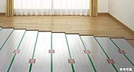 室内のホコリを巻き上げたり、空気を乾燥させる心配がなく、足の方からじんわりと暖めていく体に優しい暖房システムです。