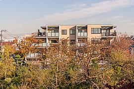 学田公園の桜並木を借景に潤いと開放を謳う「桜HOUSE」。統一感のなかに棟の個性が薫る外観意匠。「桜HOUSE」は、広く開放的な三方角の敷地を活かし、76邸の風格ある佇まいを創出しました。豪奢なデザインゲート、表情豊かなフォルムライン。