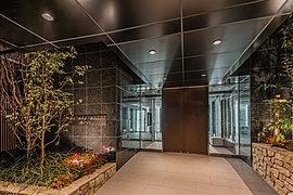 「桜HOUSE」のエントランスホールは、重厚でゆったりとした空間に優美な光の陰影を映し、贅沢なラウンジスペースを設けました。