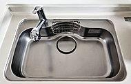 フライパンや中華鍋など、かさばるものもラクに洗える大型シンク。水はね音を抑える静音タイプです。