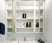 ワイドな三面鏡の裏は洗面小物、コスメティックアイテムなどが余裕をもって整理できるキャビネット付です。