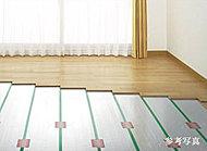 足下から部屋全体を暖める温水式床暖房を導入。温風が発生しないので、ホコリや花粉も舞い上げません。