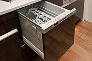食器の出し入れやお手入れがしやすい引き出し式で節水タイプの食器洗い乾燥機を採用しています。