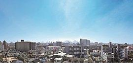 採光・通風性に優れた開放感と高い独立感が得られる三面開放の角地の立地特性を活かし、陽光あふれる南向き住戸を中心とした住棟配置を実現。南側はガーデンプロムナードと道路を挟んで約12mの距離を開けて戸建て住宅街が広がります。