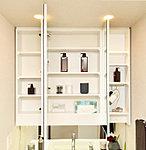 三面鏡の裏は棚になっているので、化粧品や小物をすっきり収納できます。