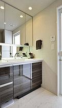 美しく、細やかに配慮されたドレスアップ空間。洗面化粧台は、人造大理石のボウル一体型カウンターを始めとしたホテルライクな美しさに加え、ワイドな三面鏡裏収納など機能的設計など、細やかに施された配慮が清潔で、快適な日々をお届けします。