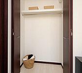 ベッドルームには収納力豊富なトールタイプのクローゼットを設置。扉付きなので、お部屋の美観を保つことができます。