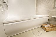お子さまやお年寄りにも優しい、またぎ高42㎝の浴槽。動作をラクにするよう、縁がつかみやすくなっています