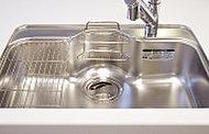 食器洗いなどの水はね音や振動が響きにくいステンレス製のシンクです。