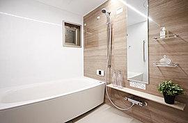 心と身体をのびやかに解放して、一日の疲れを癒すバスルーム。冬の入浴も暖かく安心な浴室換気乾燥暖房機をはじめ、快適にリラックスできる設備や空間にこだわりました。またお手入れしやすい清掃性にも配慮。ゆったりと心地よいバスタイムをお過ごしください