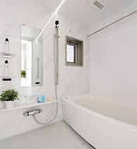 ゆたかなバスタイムをお楽しみいただくために、浴室は全タイプ1418タイプとしました。一部タイプは開放感とプライバシーに配慮した可動面格子付きです。