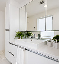 洗面室にはリネン庫や三面鏡裏収納など、充分な収納スペースを確保し、いつも片付いた気持ちのいい空間としました。
