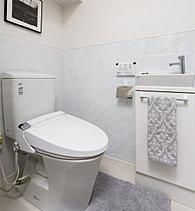 汚れがつきにくく、お手入れしやすい超節水トイレを採用。また、トイレ室内に手洗い器を備えました。