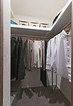 パイプハンガーや棚等を設け、衣替え後の服や、帽子、バッグ類もまとめて片付けられます。※一部タイプ除く