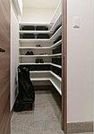 靴を履いたまま入れるシューズインクローゼット。靴以外にもスーツケースやアウトドア用品などもすっきりしまえる収納スペースです。※一部タイプ除く