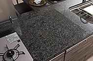 キッチンカウンターの天板には重厚な本物の質感を備えた天然石を使用しています。