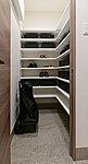 靴を履いたまま入れるシューズインクローゼット。靴以外にもスーツケースやアウトドア用品などもすっきりしまえる収納スペースです。