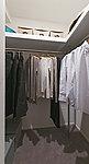 パイプハンガーや棚等を設け、衣替え後の服や、帽子、バッグ類もまとめて片付けられます。