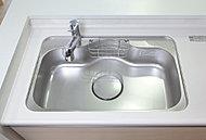 水仕事の音が響きにくい静音設計のシンク。リビングにいる家族との会話にも配慮しています。大きな調理器具も洗いやすいワイドサイズです。