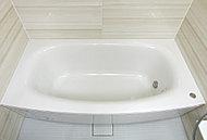 楕円形の浴槽フォルムが身体をやさしく包み込む弓型浴槽。ゆったりとリラックスしたバスタイムを演出します。
