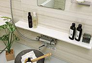 入浴時に使う小物などを置いておけるカウンター。広く洗い場を使え、お手入れも簡単です。