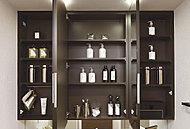 身だしなみが整えやすい三面鏡洗面化粧台。化粧品・グルーミング用品などをきれいに整理できる鏡裏収納付です。