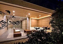 「ガーデンサイド」には、広々とした開放的なスペース「ガーデンラウンジ」をご用意。窓の外に広がる「オープンガーデン」の豊かな緑を眺めながら、静かな憩いのひとときをお過ごしいただけます。