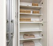 シャンプーなどの洗面小物のストックや洗剤、タオル、着替えなどの収納に便利なリネン庫を設置。