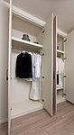 ハンガーパイプ付のクローゼットを各居室に確保。収納するサイズに合わせて可動棚を調節できます。