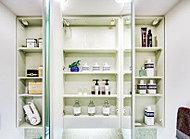 鏡裏には洗面用具や化粧品などの収納に便利な棚を設けました。