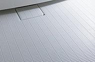 水の表面張力を壊すことで排水を促し、乾きやすくする特殊な床材を使用しています。