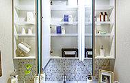メイクにも便利な三面鏡の裏側には、化粧品や洗面用具などを収納できるスペースを確保しました。