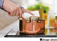 火を使わないでお料理ができるので安全です。「炒める・揚げる・沸かす」がワンタッチで温度調節できるオート機能装備。また、お手入れも簡単です。