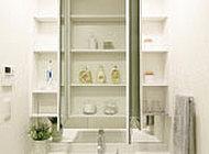 3面鏡の裏に収納棚を設置。洗面用具や化粧品などをすっきり収めます。