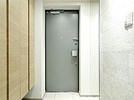 地震時に玄関扉の枠が歪んでも、扉の開放が容易にできる耐震ドアを採用。