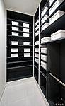 玄関を美しく整理できる収納量の豊かなシューズクロゼット。スペースを調節できる機能的な可動棚を採用。(A・C1・C2・D・Eタイプのみ)