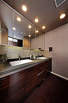 清潔感と心地良さを重視した上質感漂うパウダールーム。