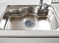 大きな鍋などもラクに洗えるワイドシンク。シンクの裏側に制振材を備え、水はね音などを抑える静音タイプです。※ディスポーザーは設置されません。