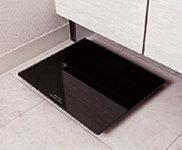 置き場所に困るヘルスメーターを、洗面化粧台の下にすっきり収納できます。