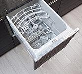 食器の出し入れがしやすいスライド収納タイプの食器洗い乾燥機。家事負担の軽減を図れます。
