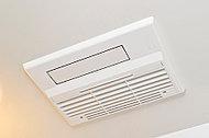寒い日の予備暖房や雨の日の洗濯乾燥にも便利な浴室暖房乾燥機「カワック」を設置。室内に新鮮な空気を取り入れる24時間換気機能付きです。