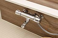 湯温の調節が簡単にでき、設定した湯温をキープして供給してくれるサーモスタット式混合水栓を採用しました。