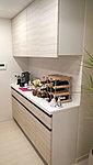 食器やキッチン用品類を十分に収納できる食器棚を装備。キッチンまわりを常に綺麗に保てます。