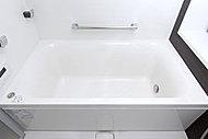 断熱材で浴槽全体を断熱しているので、長時間保温でき、光熱費を節約できます。