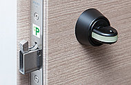 バールによるこじ開けやサムターン回しなどの不正開錠に備えて、防犯サムターンと鎌デッド錠を採用しました。